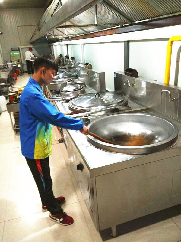 亲自客串了一下餐厅工作人员的角色,体验了一把择菜,洗碗,刷锅的过程